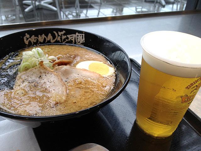 成田空港でラーメン+ビール