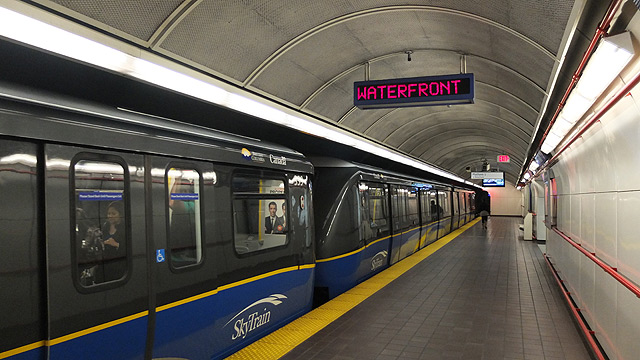 バンクーバーダウンタウンを走る電車
