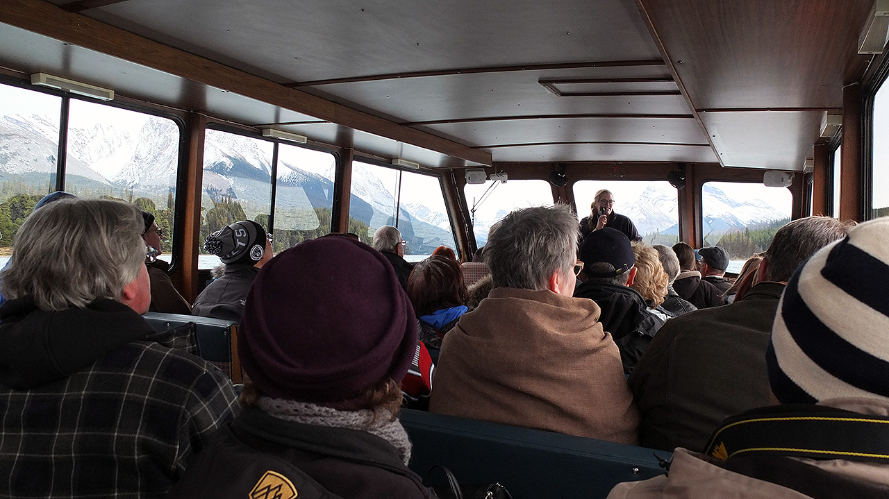 ボートへ乗り込み、出発です。他の観光客の人も参加して結構な大所帯に。今度はお姉さんのガイドが色々と解説してくれますが、やはりあまり英語を聞き取れない(笑)