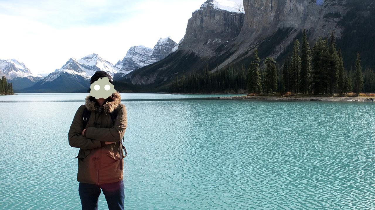 よくカナダの絵葉書で登場するスピリットアイランドを背景に、一緒にクルーズツアーに参加したおじさんに写真を撮ってもらしました。湖が本当に綺麗!