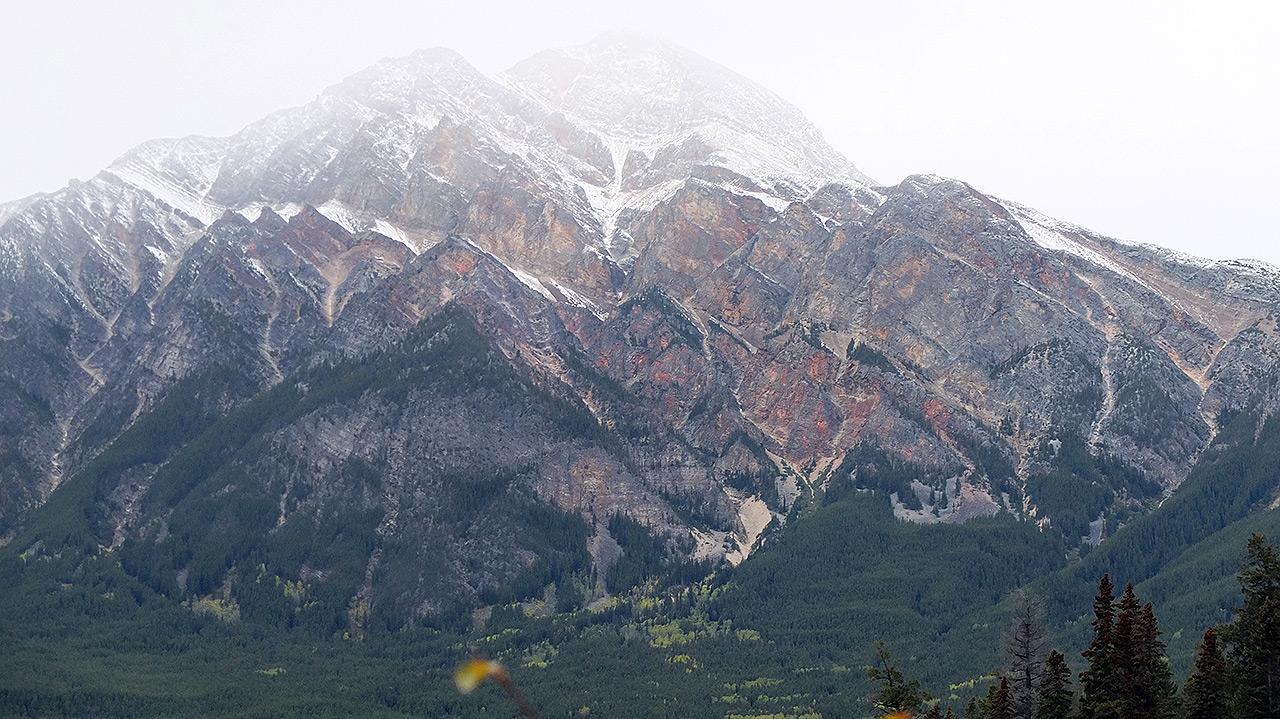 どどーんとアップでピラミッドマウンテンを撮影。いかつい山ですなぁ。これも登る人が居るそうでビックリ!