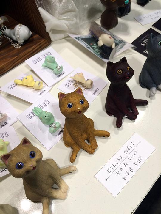 リアルな猫のフィギュア。ハンドメイドでアクセサリーなど色々と作られているようです。しかし、猫グッズ作っている所多かったなぁ。