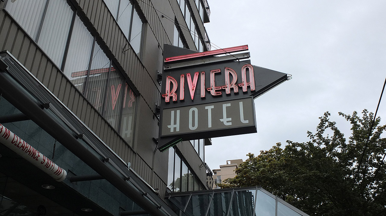 予約したホテルはロブソンストリートに面するこちらのRIVERA HOTEL(リビエラホテル)でした。
