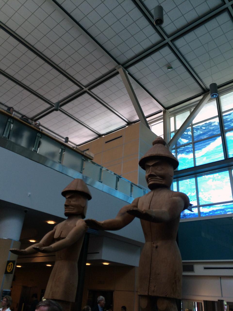 半年振りにバンクーバー国際空港へ到着!トーテムポールがお出迎え。