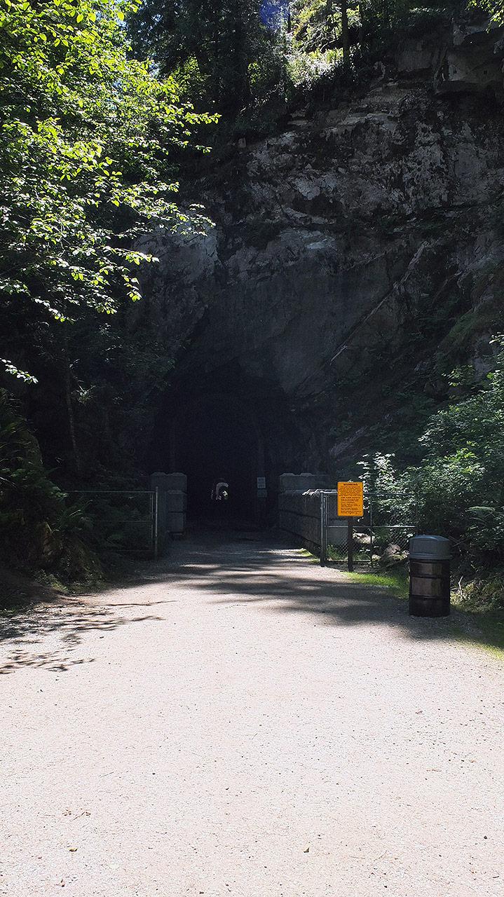 あっと言う間に到着!オセロトンネルは昔は山をくりぬいて鉄道が走っていたらしく、その跡が垣間見れる地元の人の観光スポットと言った所。