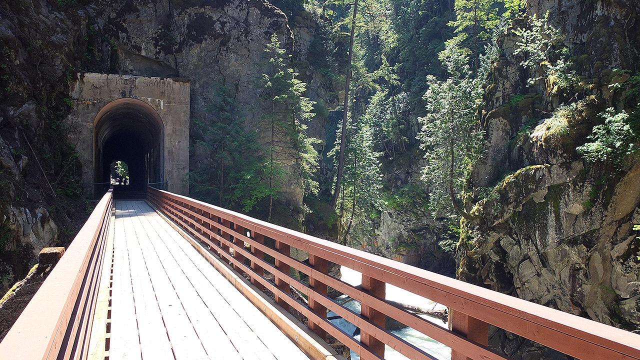 洞窟を抜けると今は鉄道のレールは取り外したようですが、橋が架かっています。周りの森から流れる滝や川も澄んでいて清々しい気分に。