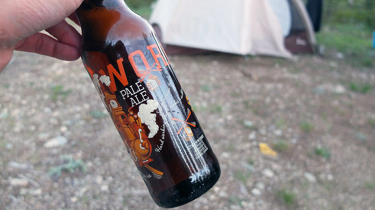 テントを張ったり準備をしながら、カナダでビールを飲む!うまいー。