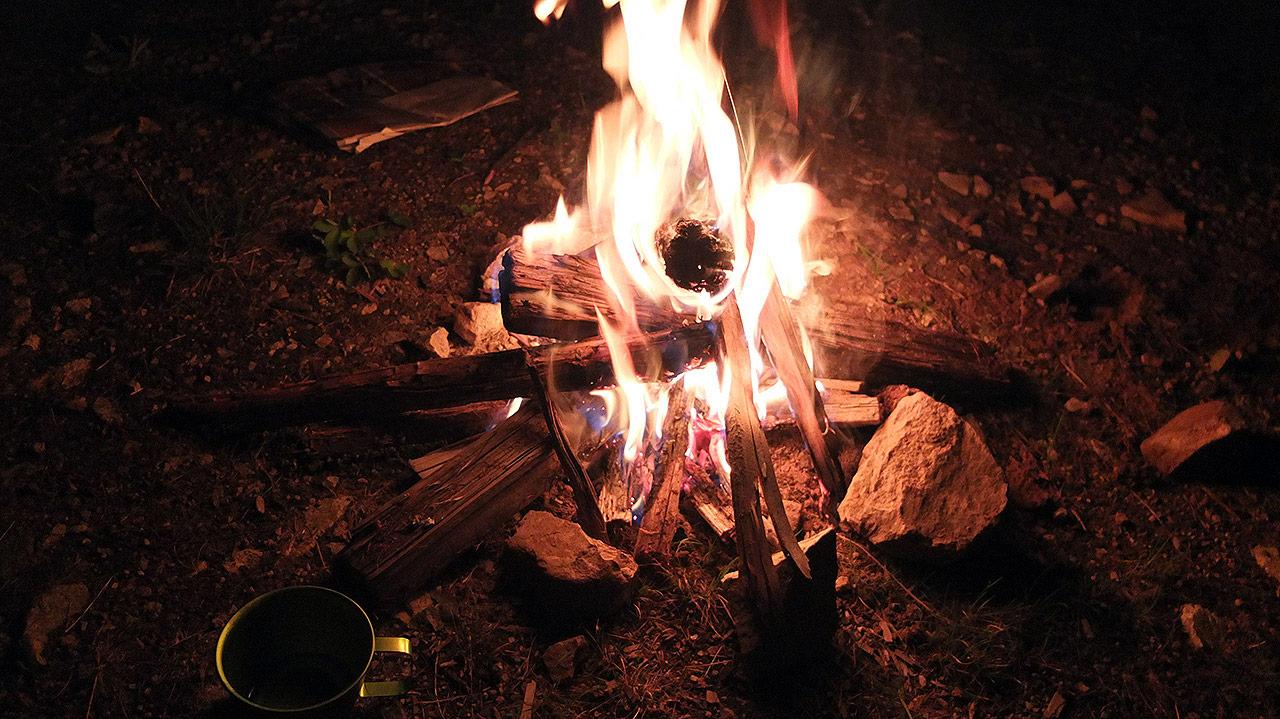 焚き火もしていかにもキャンプらしくなってきた。