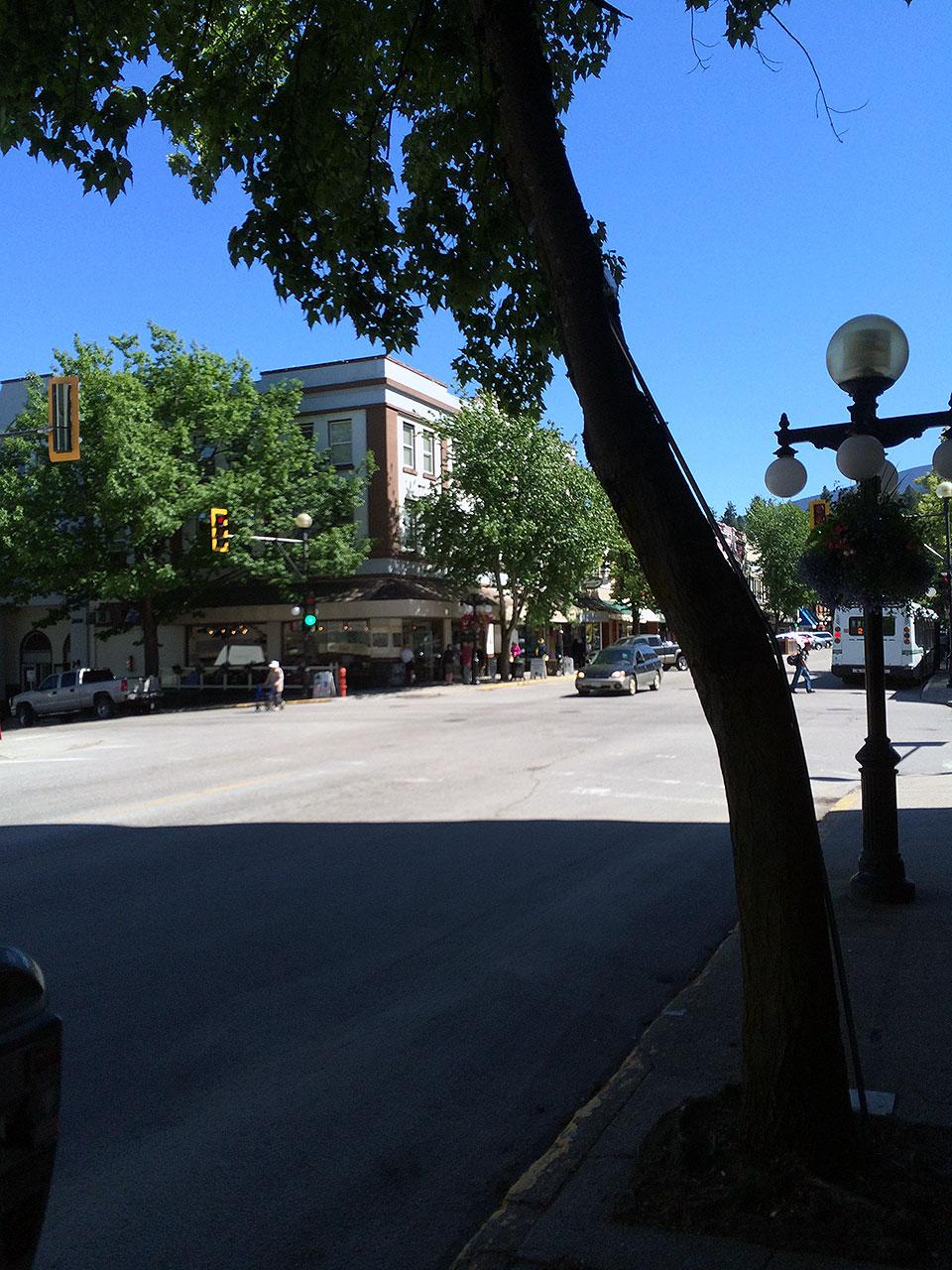 うねうねした山道を抜けてあっという間にネルソンへ到着!街の目抜き通りは建物の高さは低いですが、オシャレな印象。