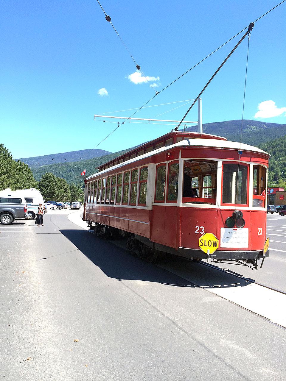 こちらが路面電車!小さいけれど、真っ赤で可愛らしい。