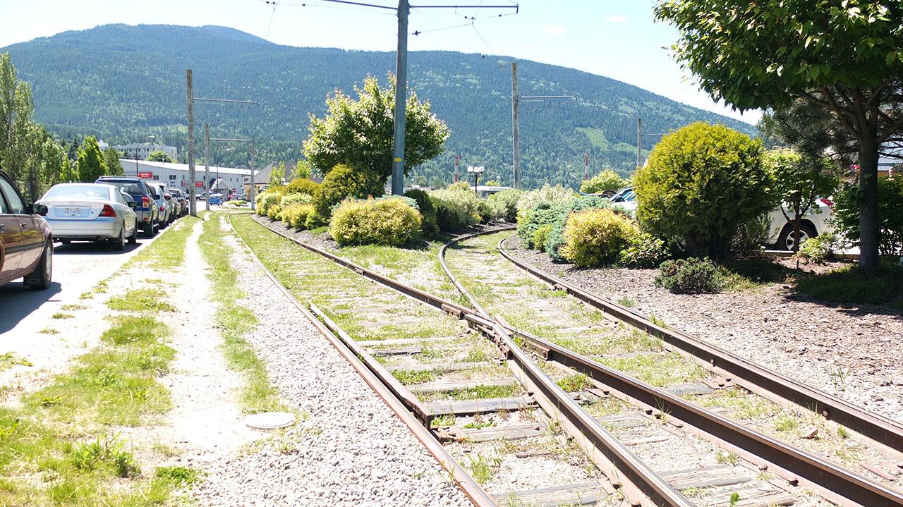 坂を下りきって湖沿いに凄い小さなローカル路面電車が観光用として残っていて、勿論乗れます。鉄道のレールって良い雰囲気ですよね。