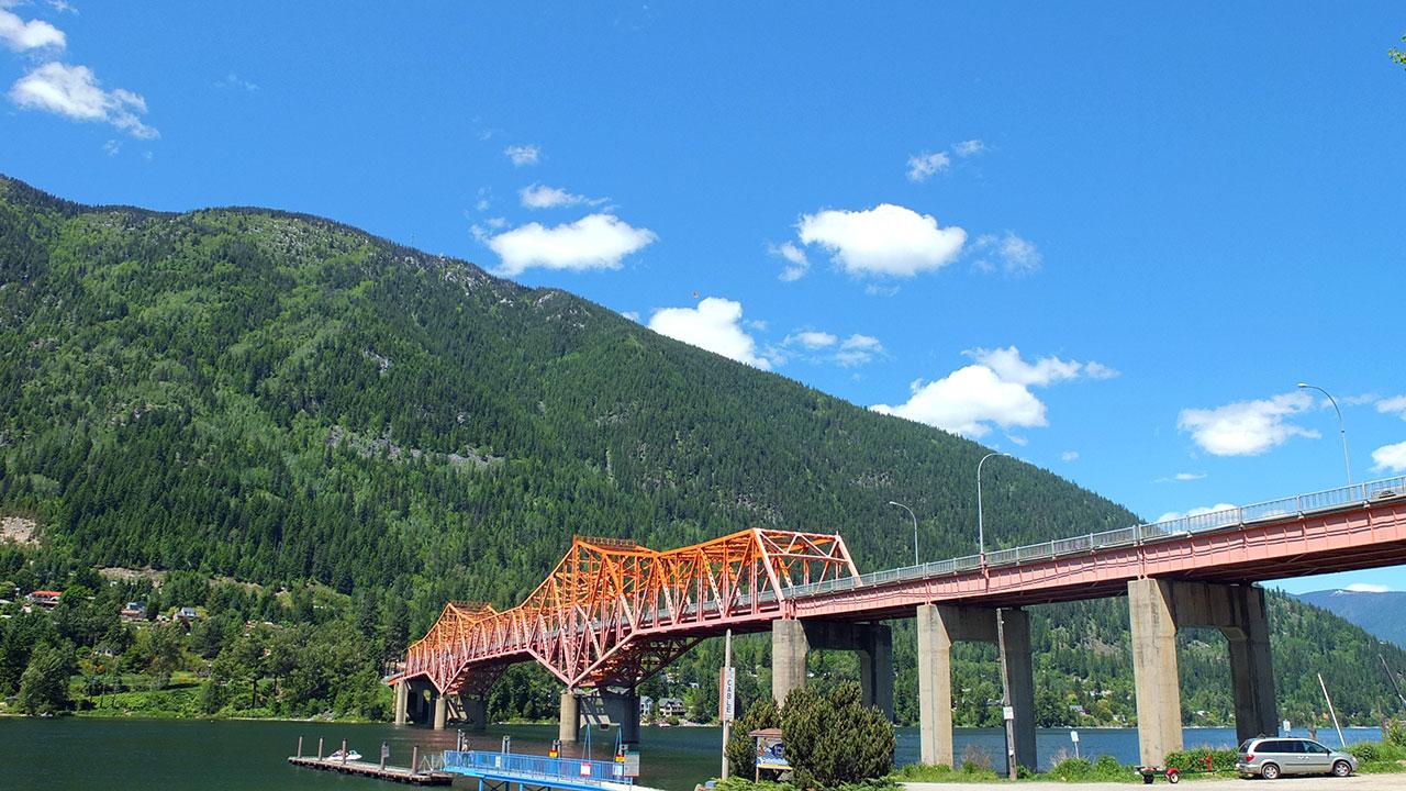 20分ほど乗っているとあっという間に終着駅へ。まぁ、歩ける距離ですけど旅らしくて良いですね。こちらは、終着駅から見える街から反対側へ続く橋。湖近くの公園ではスポーツをしたり、家族連れが泳いだりとのどかな光景が。
