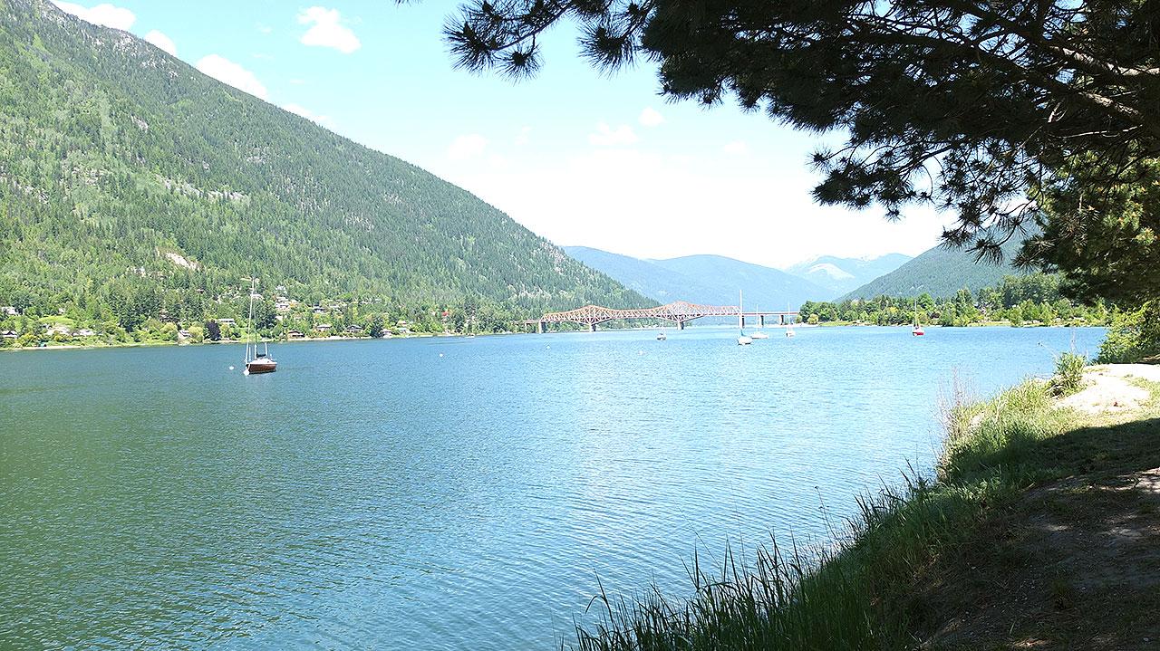 こちらは坂を下りきって目の前に広がる湖。右手側には路面電車のレールがあります。