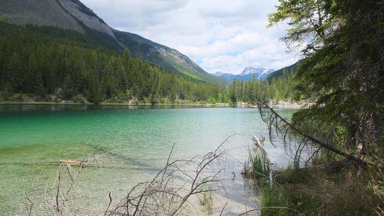 エメラルドブルーの湖!名前は忘れちゃいましたが、のどかで静かで良い雰囲気でした。