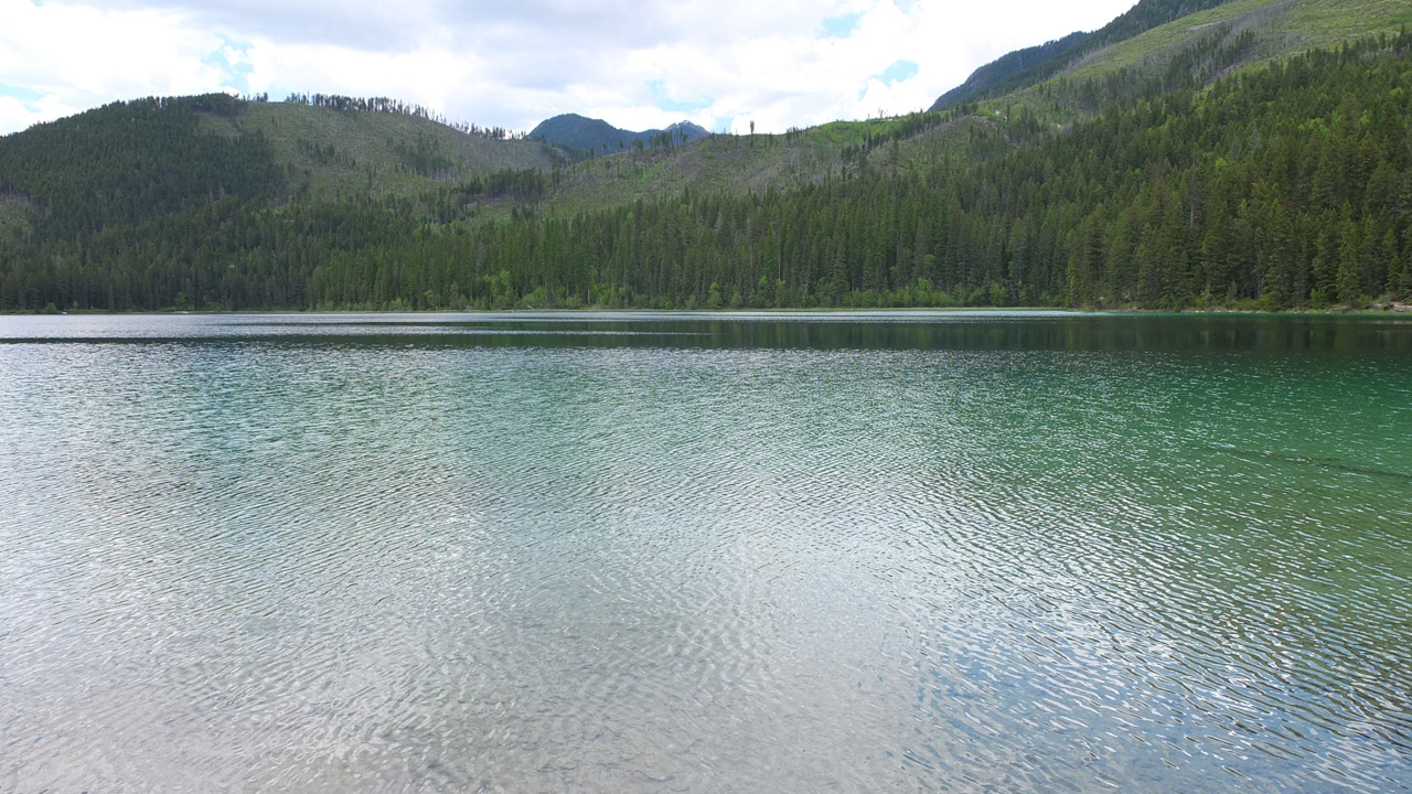 これぞカナダ的な眺め?キャンプ跡もあったので、地元の人がキャンプをしたりしているんでしょうね。