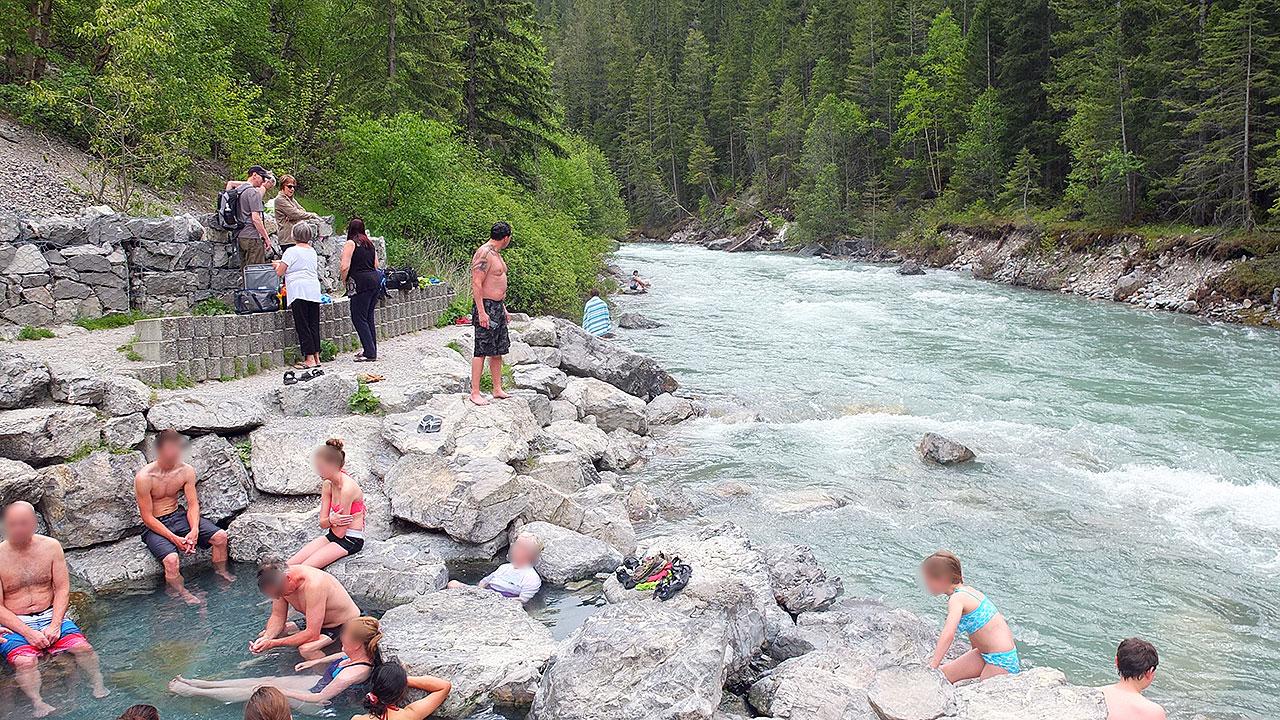 こんな感じの露天風呂!確かに暖かいし温泉だー。けど、人が密集しすぎであまりゆっくりは出来ませんでした。