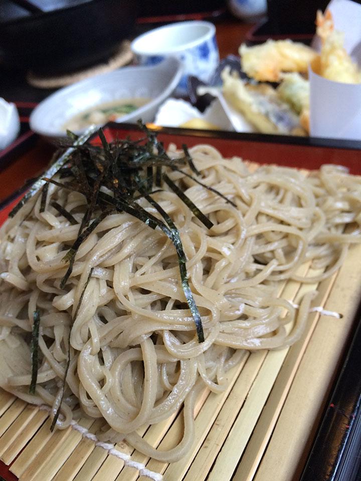 お蕎麦屋さん「遊膳」にて天ざる蕎麦を注文。蕎麦も癖がなく、天ぷらもサクサクで美味しかったです。