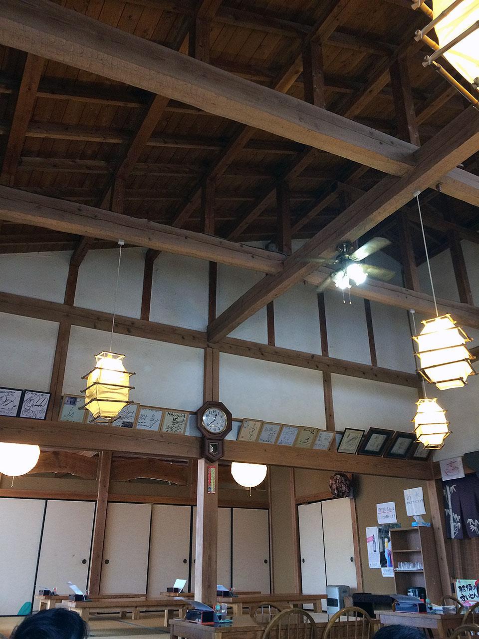 天井が高くて落ち着いた店内。こたつに入りながら昼食も食べられて満足。