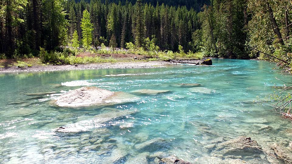 少し歩くだけでこの風景。川が緑色で凄い綺麗です。