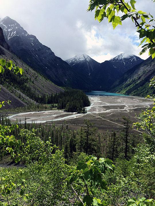 先ほど過ぎてきた川原を上から眺めます。体力的にきついけれど、良い景色だなぁ。