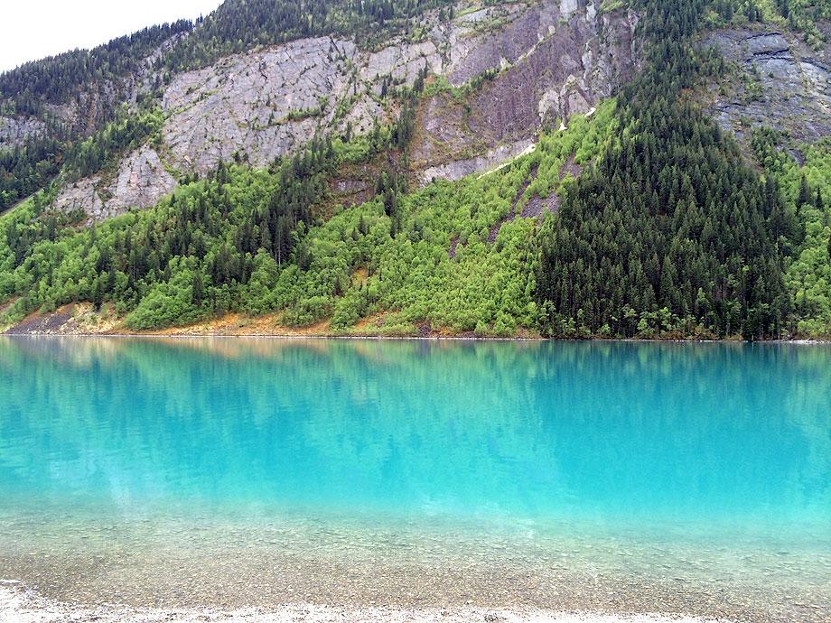 こちらも緑色の湖の近くで。湖面に反射する木々が神秘的。