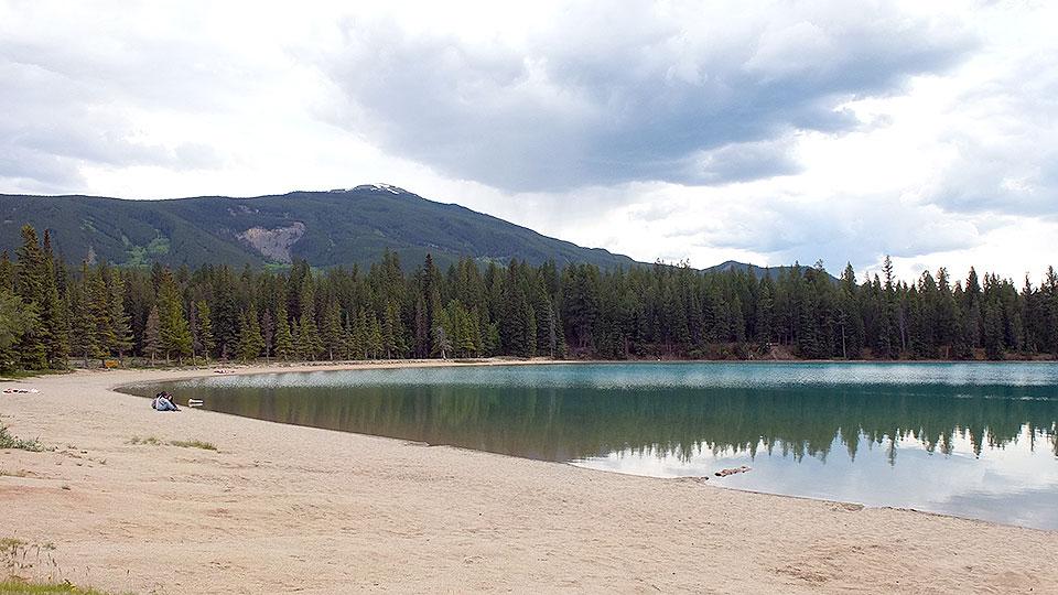 アネッテ湖はこんな感じ。他に何人か散歩をしていましたが、ぼけーっと湖と山を眺めているだけで気分が良くなりますね。