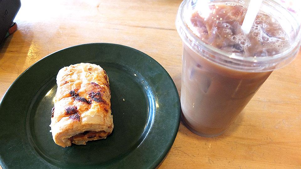 入ってすぐのレジにてコーヒーや軽食を注文。