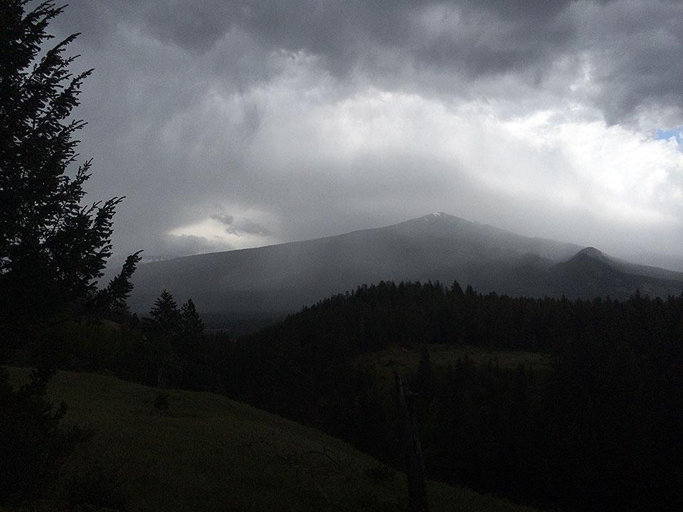 天候は時おり雨がパラついて、霧も所々発生していて幻想的な雰囲気。