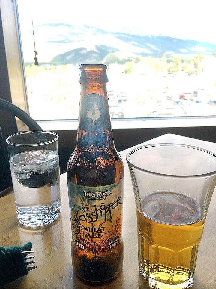 飲んだことがないビールを注文。ロッキー山脈を見ながら飲むビールは格別。
