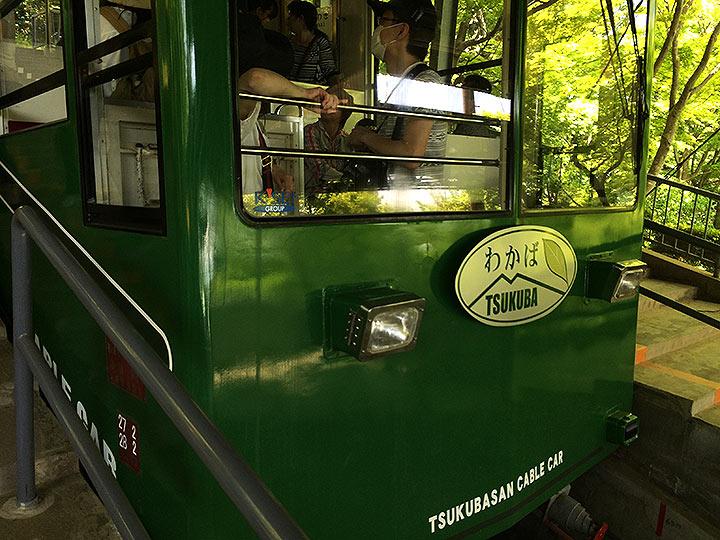 緑色のケーブルカー。周囲の山々の新緑と相俟って良い雰囲気ですね。