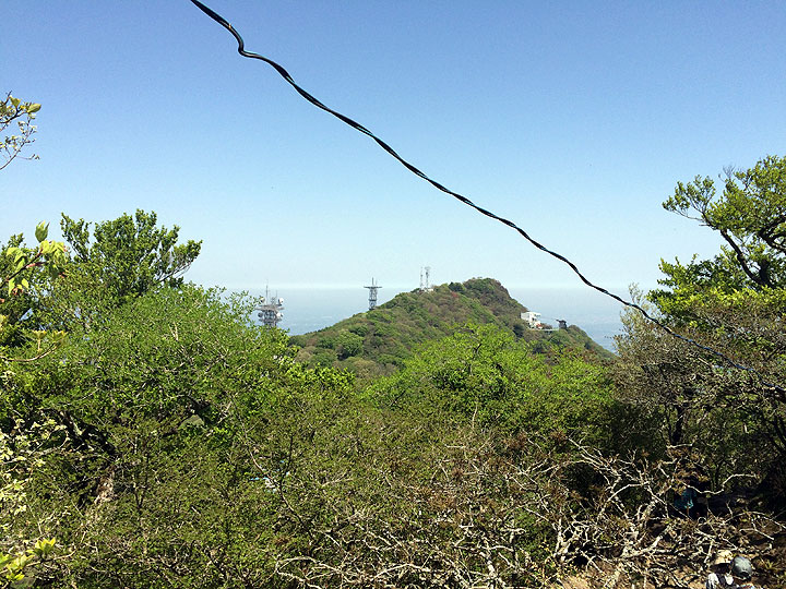 男体山山頂から反対側の女体山山頂を眺める。