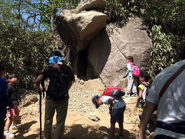 途中にあった「ガマ石」でガマの口へ向けて石を投げ続ける子供達。