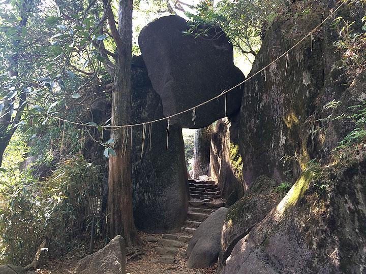 こちらは「弁慶七戻り」の巨岩。確かにいつ上からこの岩が落ちてくるか怖いくらいの大きさ!