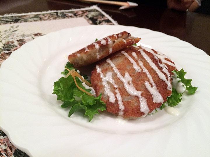 ポテトパンケーキ「ドラニキ」のお肉入り。ジャガイモのカリカリ感と中のもっちりが美味しい。ベラルーシのコロッケみたいな料理?