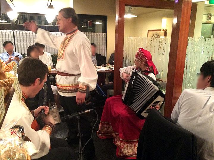 金曜日夜はバラライカの生演奏があって、民族衣装で歌って演奏してくれます。