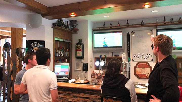 パブの奥に幾つかTV画面があって、皆お酒を飲みながら観戦!