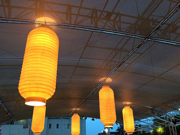天井はこんな感じ。和風ビアがガーデンと謡っているだけあって提灯をイメージしているのでしょうか。