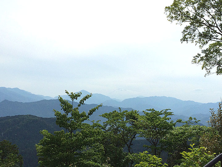 高尾山山頂からうっすらと富士山も見えました。