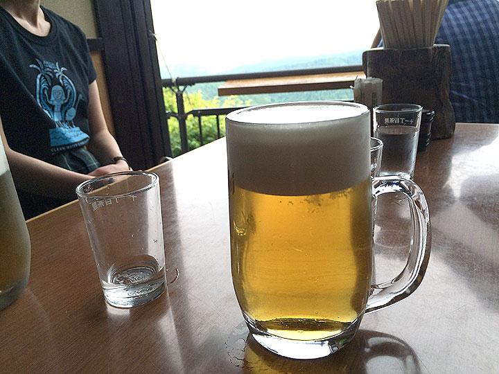 行きに通りかかった茶屋にてお団子とビールを頂く。美味い~。