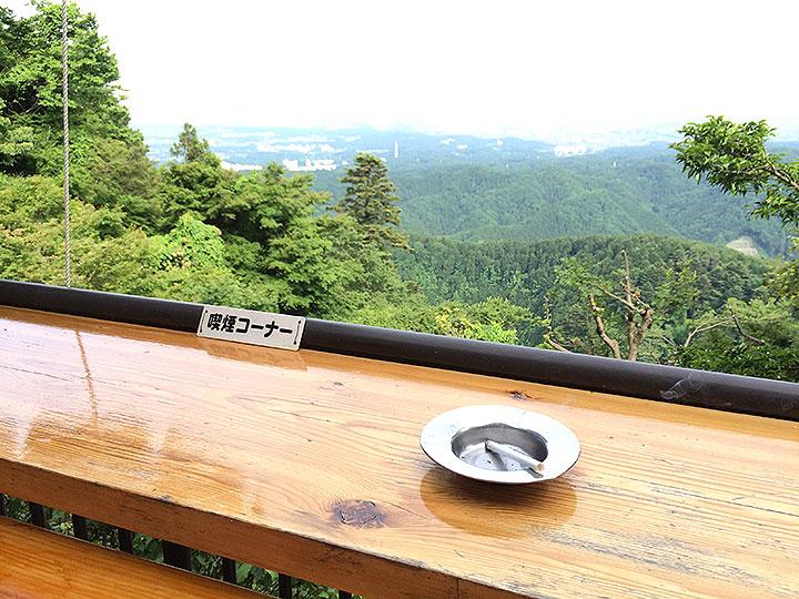 茶屋の奥まった席は喫煙席。森林の絶景を眺めならのタバコはたまらんです。