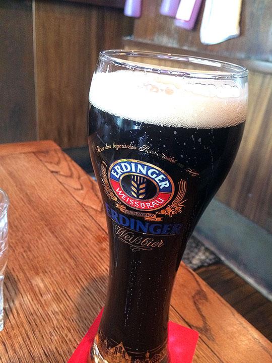 当然ビール1杯では足らなくなってErdinger Dunkelと言うドイツの黒ビールも注文。