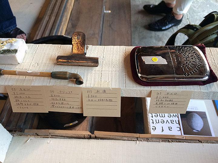古道具の価格とちょっとした解説が書かれていて面白いです。