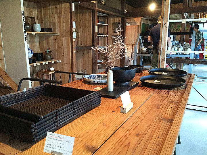 テーブルや椅子もすべて販売中の作品。
