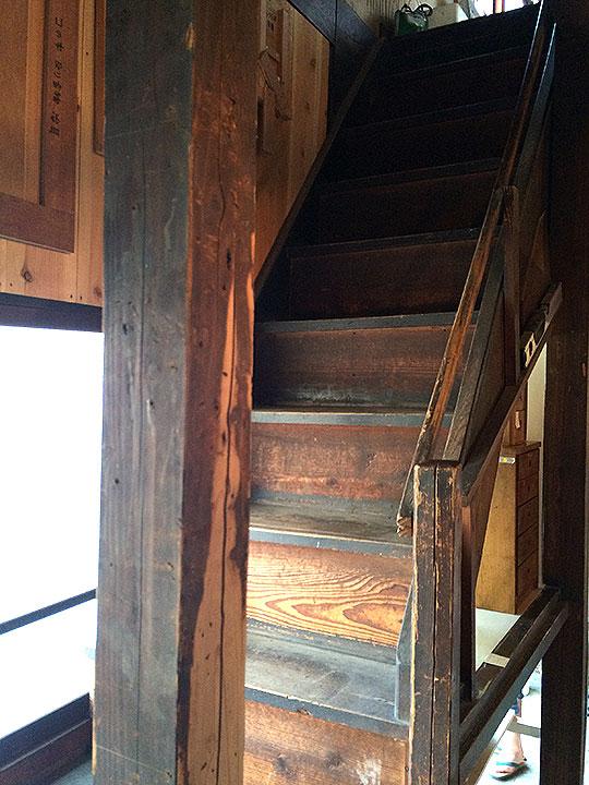 二階は作業所になっているのかな。良い感じの古さの階段。