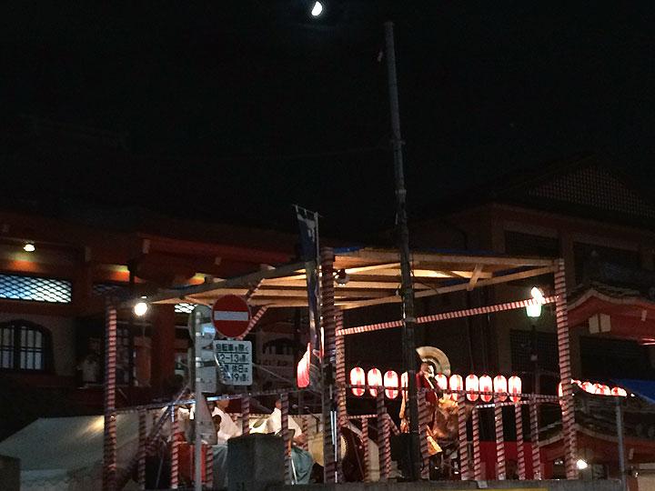 月とステージのお囃子の音楽、演目。良い雰囲気でした。