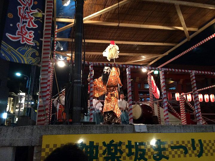 「石見神楽」と呼ばれる演目がステージにて上演中。