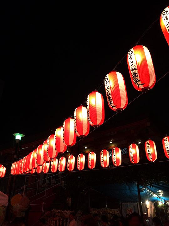 東西線の神楽坂駅を降りると既に提灯が!