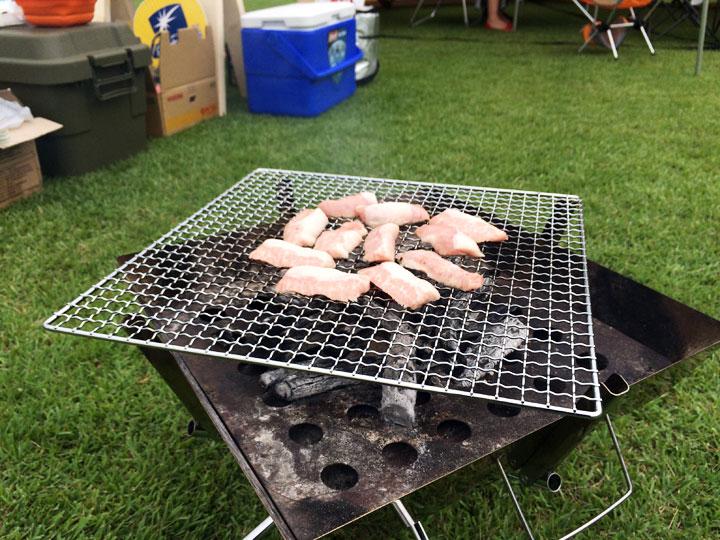 買ってきたお肉や野菜を焼いて野外BBQ!