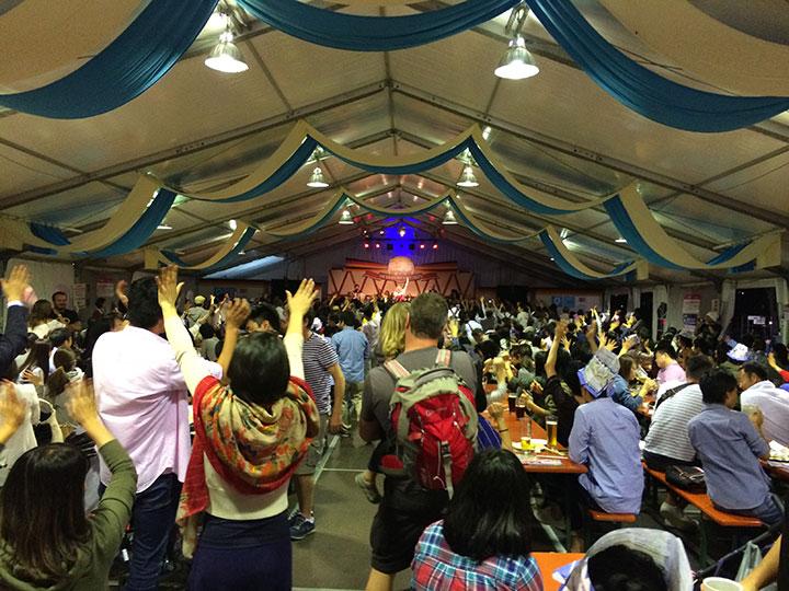 風も強くなって徐々に肌寒くなってきたので会場中央のテントの中へ避難をすると、バンドの演奏にあわせてお客さん達も凄い盛り上がり。