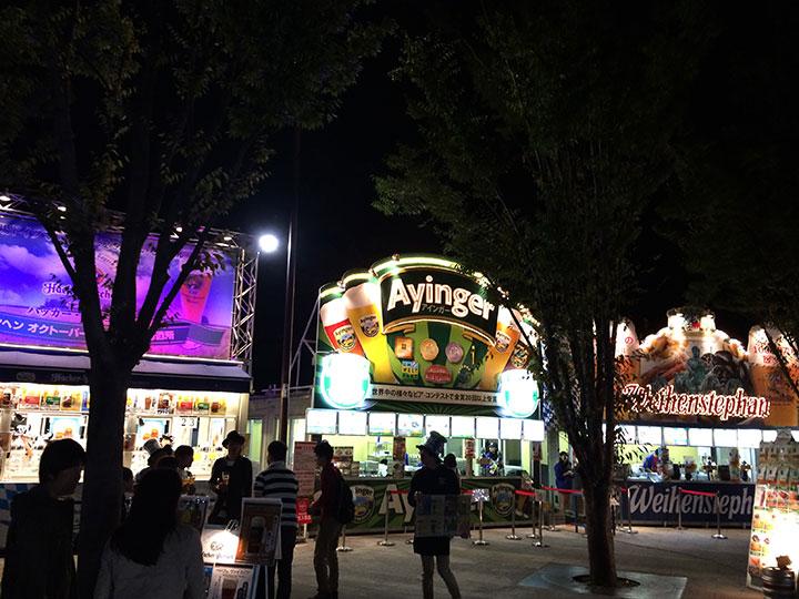 夜のオクトーバーフェストはさながら酒飲みたちの遊園地のようで、いたるところで楽しそうな飲み会が。